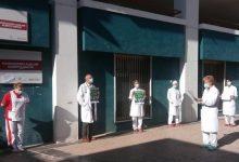 Metges valencians es concentren davant els centres sanitaris per a demanar la retirada del decret sobre contractació
