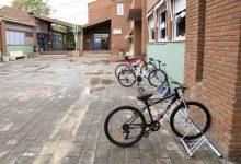 Paiporta aposta per la mobilitat sostenible als centres escolar amb la implantació de nous aparcabicis