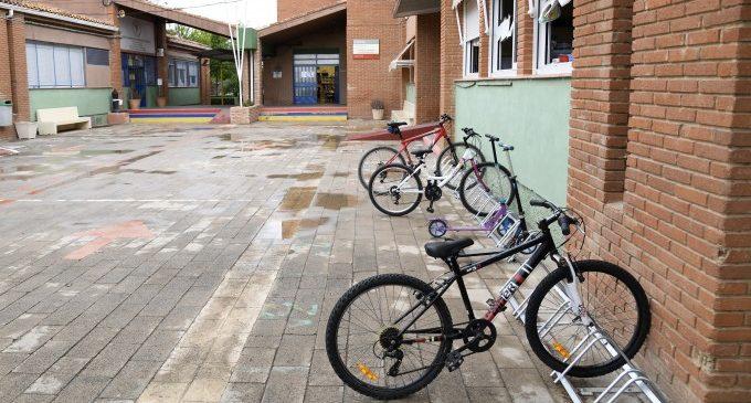 Paiporta apuesta por la movilidad sostenible en los centros escolares con la implantación de nuevos aparcabicis