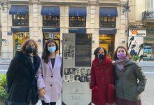 Un monolito en la calle de la Paz recuerda al grupo femenino de la residencia de estudiantes en València
