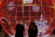 Encesa la bola nadalenca de sis metres per a estimular les compres al centre de València