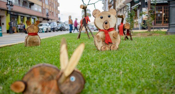 Figures nadalenques fetes amb restes de poda decoren espais enjardinats a Cullera