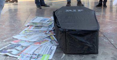 """La Unió de Periodistes Valencians es concentra contra els tancaments i per reivindicar que """"sense periodistes no hi ha periodisme"""""""
