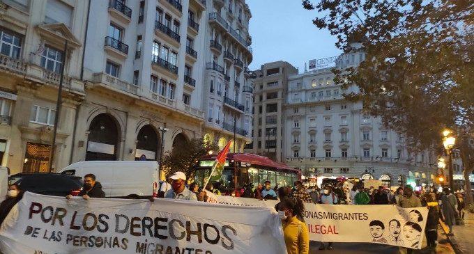 """Una protesta exigeix la regularització de les persones migrants """"davant la necropolítica i el racisme institucional"""""""