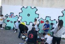 Més de 50 menors de la Coma realitzen un grafitti urbà en un projecte pioner de millora de la convivència
