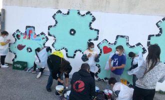 Más de 50 menores de La Coma realizan un grafitti urbano en un proyecto pionero de mejora de la convivencia