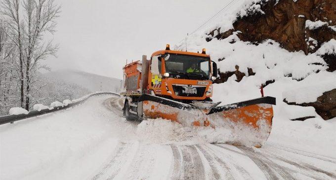 Unas 300 personas accedieron al Xorret de Catí de Castalla para ver la nieve pese a estar cortado el acceso