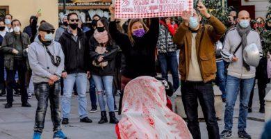 """Hostalers valencians envolten la Generalitat en protesta pel tancament de la seua activitat: """"És la ruïna total"""""""