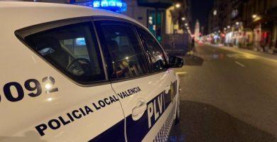 La Policía Local de València denuncia un bar abierto de madrugada con personas dentro sin mascarilla