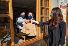 Cullera col·labora amb el sector de la restauració i fa entrega de bosses ecològiques per al menjar per a emportar