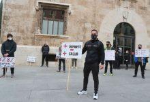 Els gimnasos es concentren enfront del Palau de la Generalitat per a demanar la seua reobertura