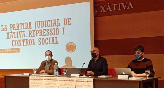 Xàtiva presenta el primer libro de la serie subvencionada por la Diputació que recoge historias de la postguerra