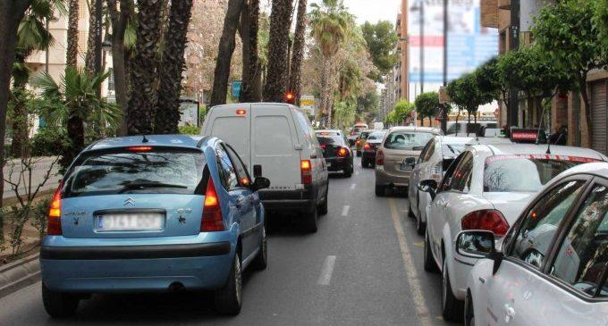 El trànsit intens en les carreteres de la província provoca retencions de diversos quilòmetres en tres vies