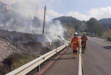 Bombers extingeixen un incendi en un canyar al costat de la carretera que uneix Xàtiva i Genovés