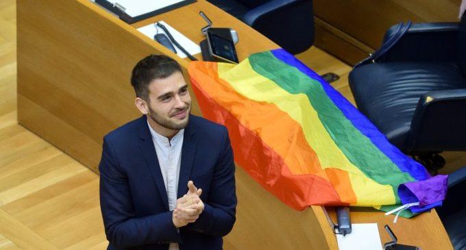 Compromís demana un minut de silenci abans de l'inici de la sessió de control en memòria de Samuel Luiz Muñiz, Younes Bilal i totes les víctimes de l'odi