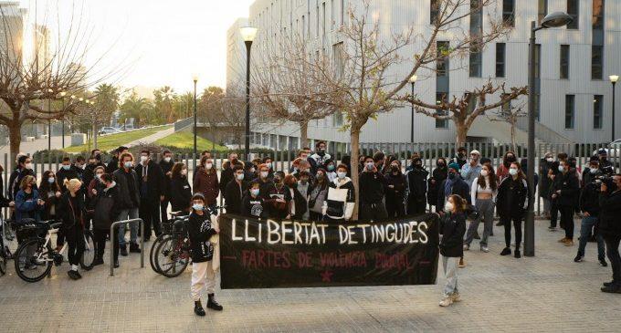 Concentració davant la Ciutat de la Justícia de València per a demanar la llibertat dels nou detinguts durant les protestes per Hasél