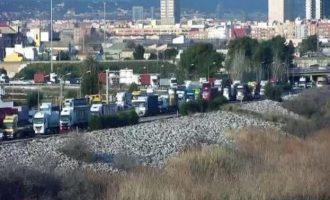 Cues quilomètriques en la V-30 en l'entrada del port de València