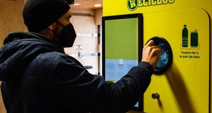 El sistema de recompenses per reciclar llandes i botelles de plàstic s'estendrà per València