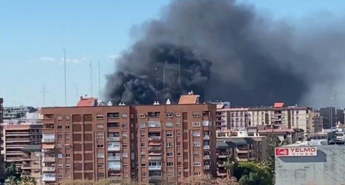 Un incendi en Campanar provoca una gran columna de fum visible des de tota València