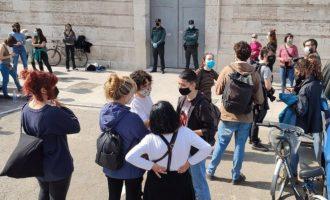 Un grup de dones ocupa la Delegació del Govern per a exigir la retirada de la Llei Mordassa i multes a feministes
