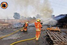 Declarado un incendio en una fábrica de reciclaje de palets de Aldaia