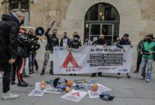 DJs i treballadors de l'oci nocturn trenquen discos en el Palau de la Generalitat per a exigir que els permeten treballar