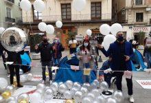 """El sector del ocio nocturno lanza globos y billetes para mostrar su """"desesperación"""" ante el Palau de la Generalitat"""