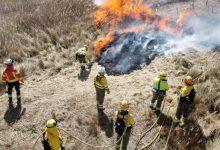 Bombers i Brigades Forestals de la Diputació col·laboren en una crema controlada en Requena