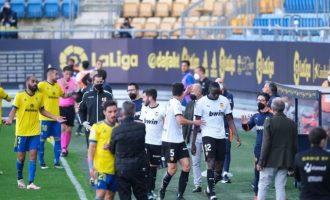 El València CF abandona durant mitja hora el partit davant el Cadis per un insult racista a Diakhaby