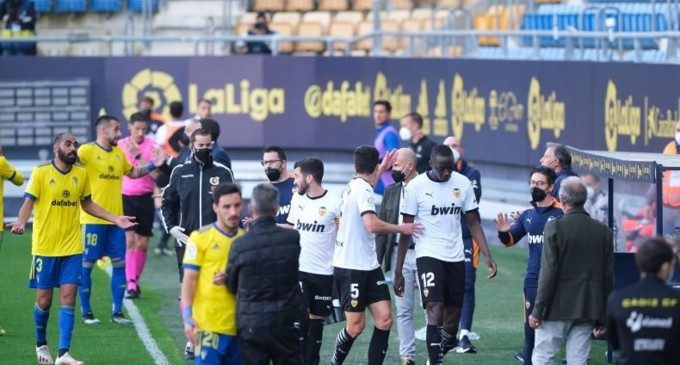 El Valencia CF abandona durante media hora el partido ante el Cádiz por un insulto racista a Diakhaby