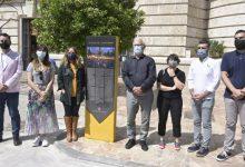 Un panell informatiu a la plaça de l'Ajuntament reconeix el paper dels moviments socials a València