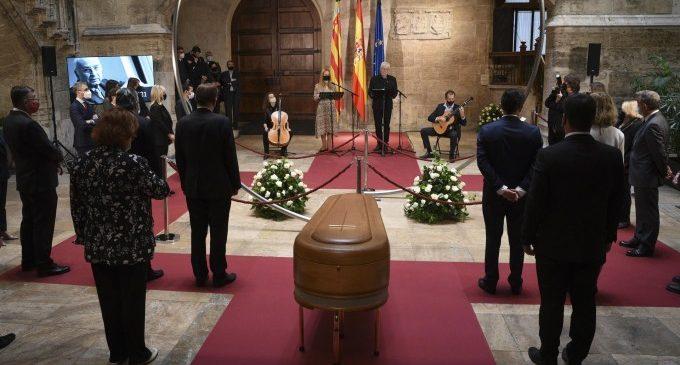 """La Comunitat homenajea y da un """"último abrazo"""" a Francisco Brines, un """"maestro de poesía y vida"""""""