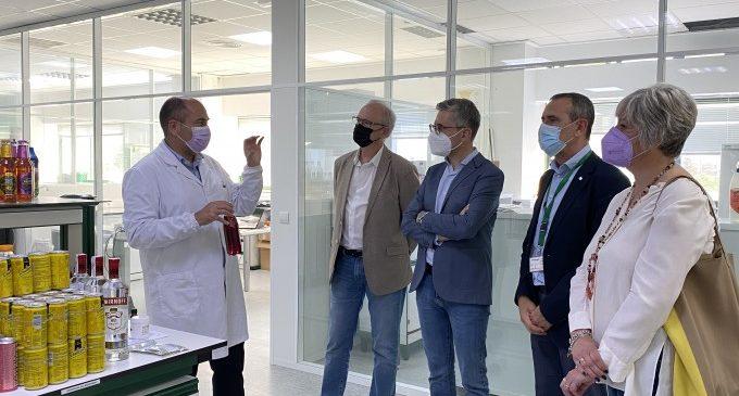 El conseller Arcadi España visita la planta d'ADM Wild a Carcaixent