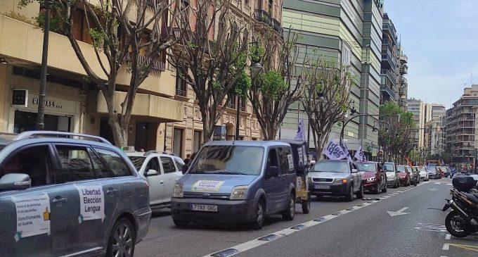 "La plataforma ""Parlem espanyol"" es manifesta en contra de l'""adoctrinament nacionalista"" del Consell"