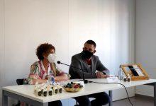 """La regidora de cultura de Rafelbunyol presenta el llibre """"Kamikaze de Versos"""" del poeta local Francisco José Lozano Salcedo"""