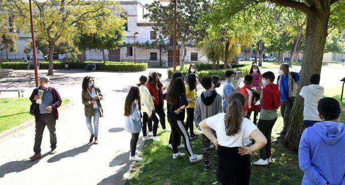 L'alumnat de Paiporta coneix l'itinerari botànic de Vil·la Amparo