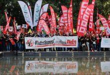 """Protestas ante la Junta de Accionistas de Caixabank contra un ERE """"salvaje"""" y la subida de sueldos del Consejo"""