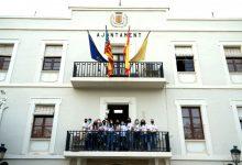 El Club Handbol Benetússer alza la copa del ascenso en el balcón del ayuntamiento