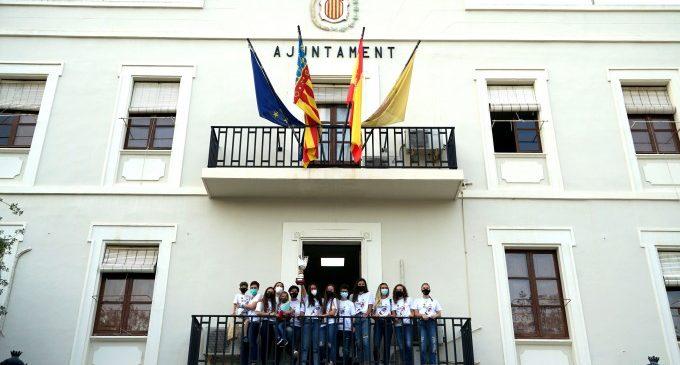 El Club Handbol Benetússer alça la copa de l'ascens al balcó de l'ajuntament