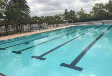 """Alcàsser recorda la prohibició d'utilitzar """"manguitos"""" o elements inflables en la piscina municipal"""