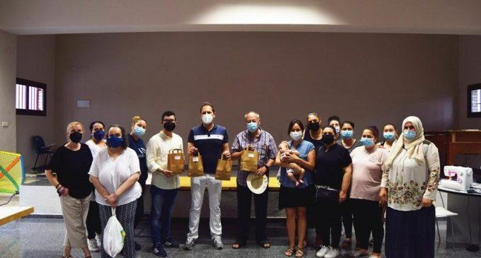 Les dones del centre social Xenillet de Torrent confeccionen mascaretes en un taller de creativitat tèxtil