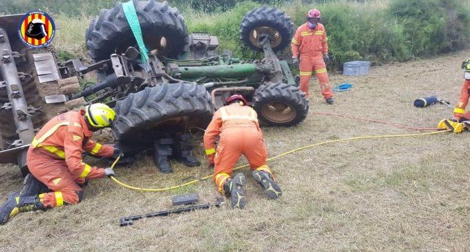 Fallece un hombre tras volcar con su tractor en un bancal en Xàtiva