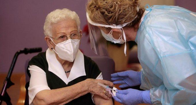 La efectividad de las vacunas en residentes de centros de mayores supera el 71% y 97% en evitar fallecimientos