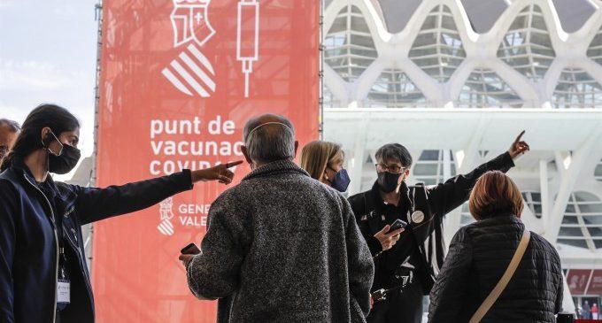 La Comunitat avança la vacunació i comença a citar a persones d'entre 40 i 49 anys la setmana vinent