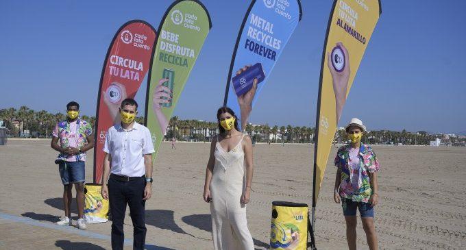 """L'Ajuntament de València i """"Cada lata cuenta"""" fomenten este estiu el reciclatge de llandes i pots de refrescos a les platges"""