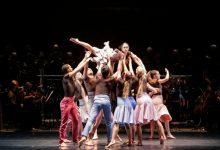 'Temps d'abraçar': una abraçada col·lectiva en forma de dansa i música que rendeix tribut a la societat valenciana