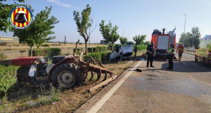 Bolca un cotxe després de xocar contra un tractor a Catarroja