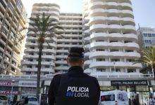 165 joves de 'l'hotel pont' Palma Bellver embarquen en el ferri cap a València