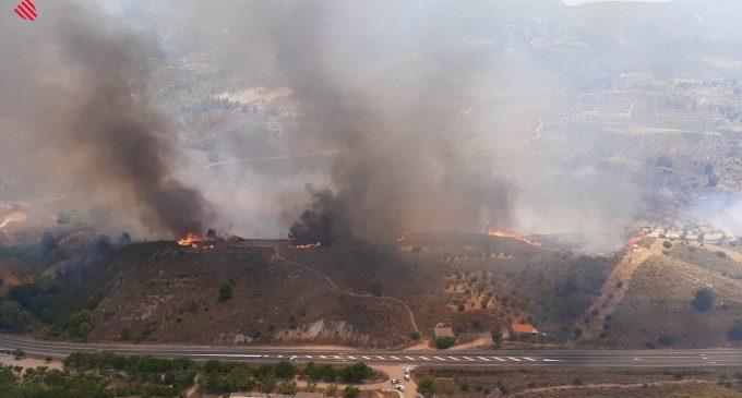 EStabilitzat l'incendi forestal a Jalance que mobilitzat a huit mitjans aeris d'extinció