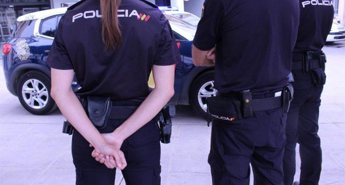 Dos policies controlen l'hemorràgia d'un home que es dessagnava després de tallar-se amb un got